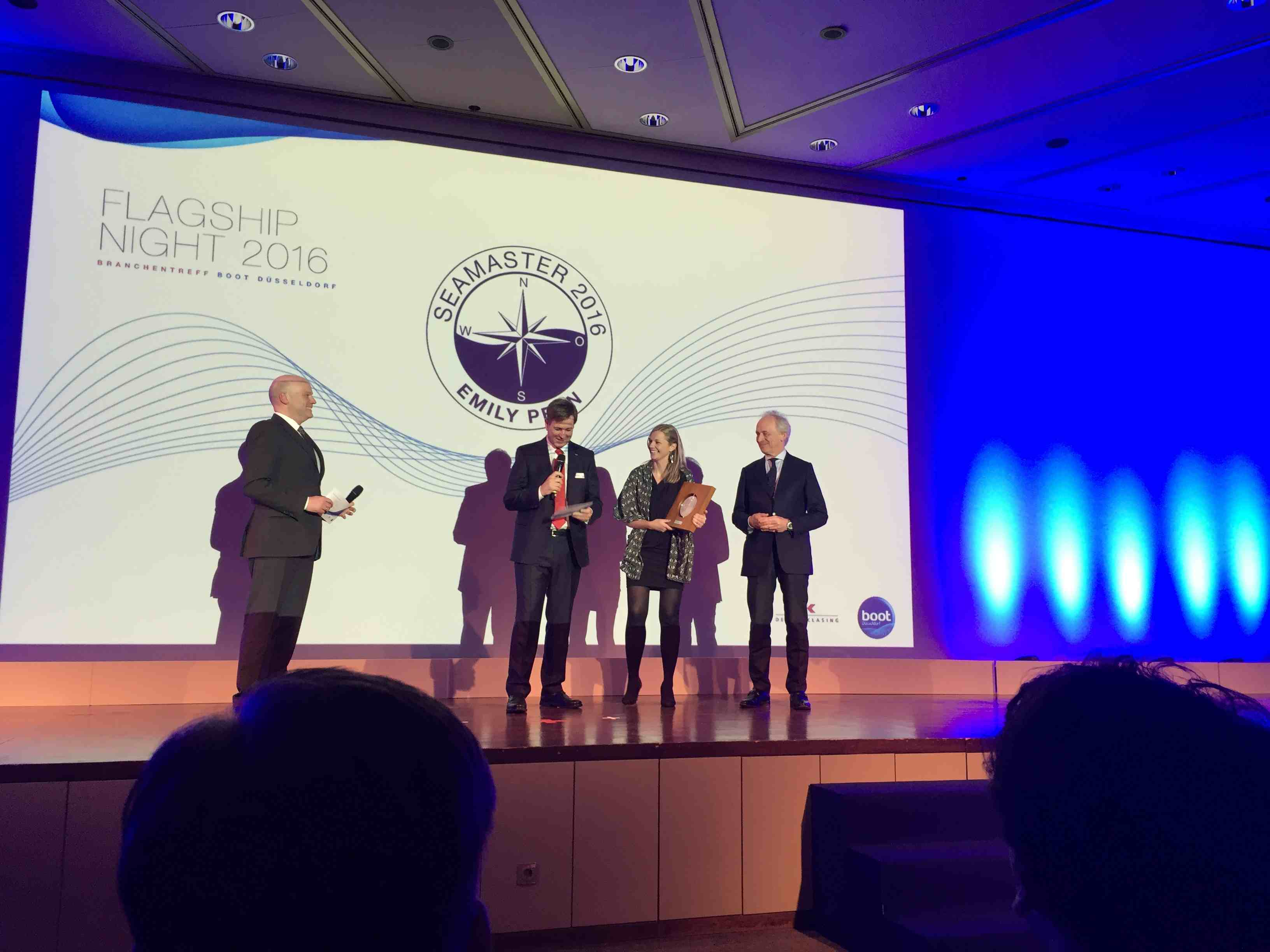 Emily Penn, flankiert Messechef Götz Jungmichel (l. ) und Verlagsboss Konrad Delius nimmt den Seamaster-Award entgegen. Foto: John Burnham/boats.com