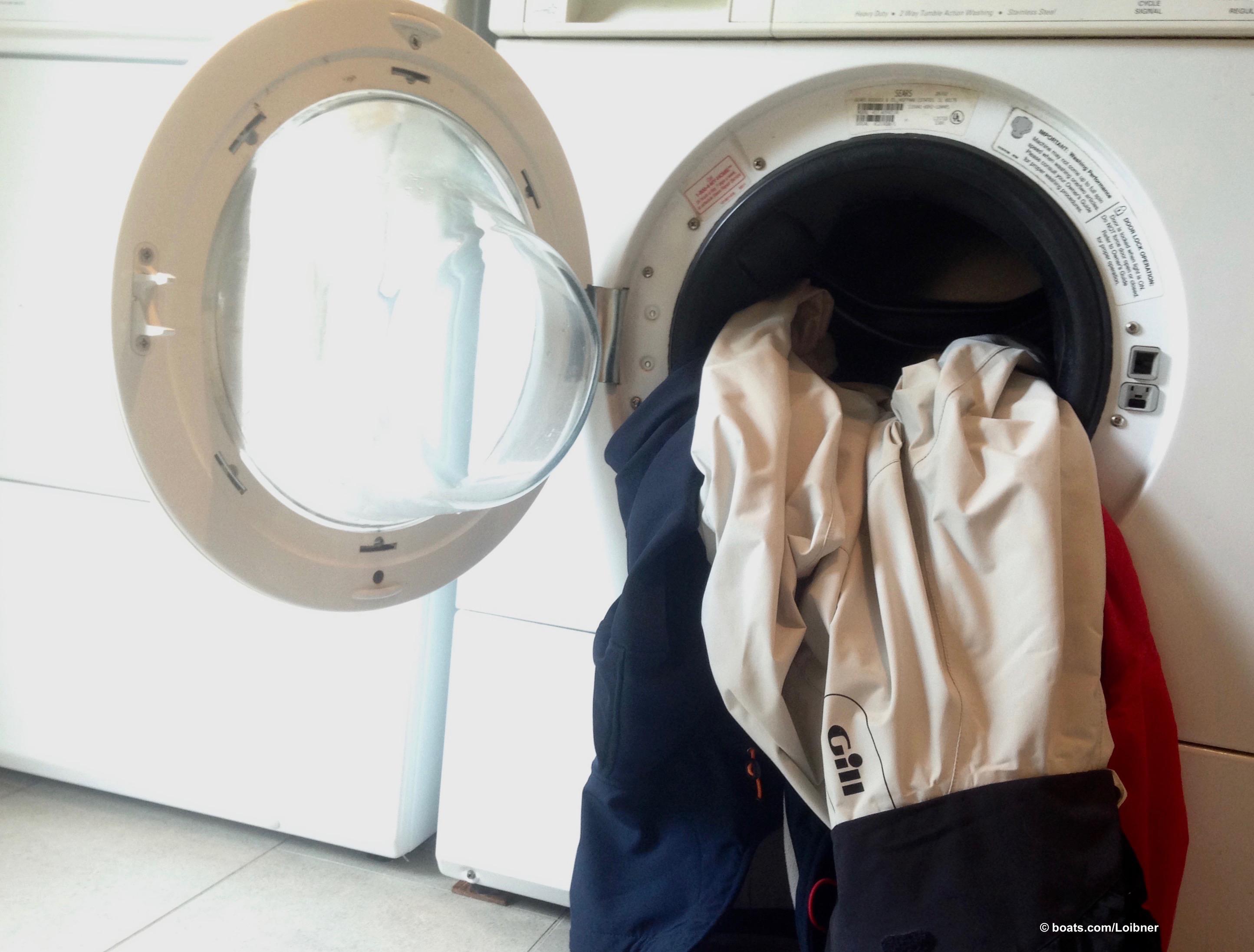 Vor dem einwintern: Waschen Sie Ihr Ölzeug entsprechend den Empfehlungen des Herstellers bevor Sie es gut getrocknet in den Schrank hängen. Foto: boats.com/Loibner