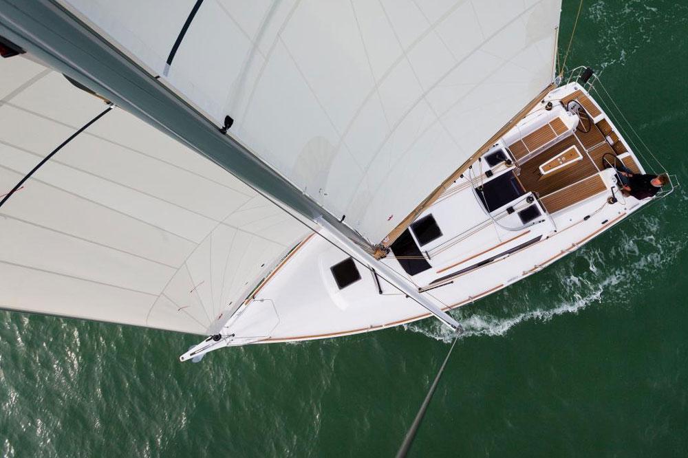 Aufgeräumt: Das Deck der 350 GL ist frei von Hindernissen, die kleine Fock praktisch fürs Segeln mit kleiner  Mannschaft.