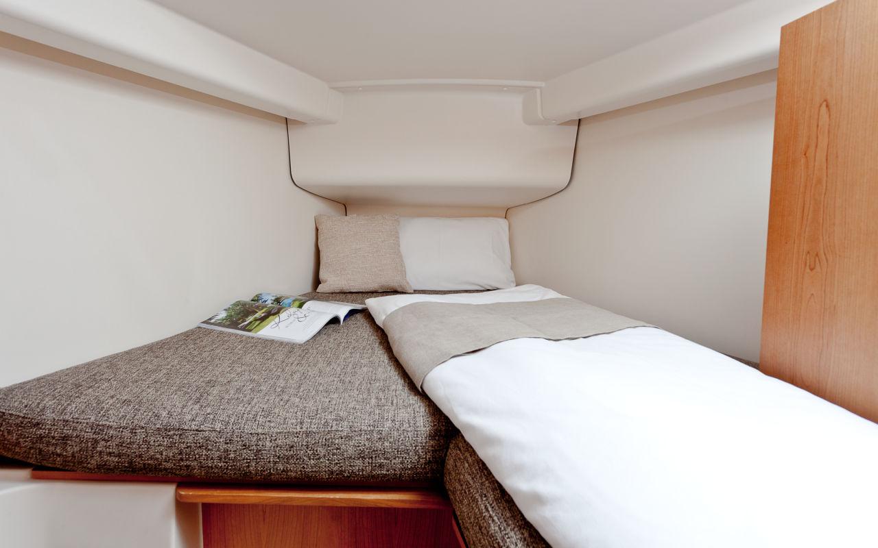 Bugkabine: Kann mit einzel- oder Doppelkoje ausgestattet werden. Das Trennschott zum Salon ist allerdings aufpreispflichtig.