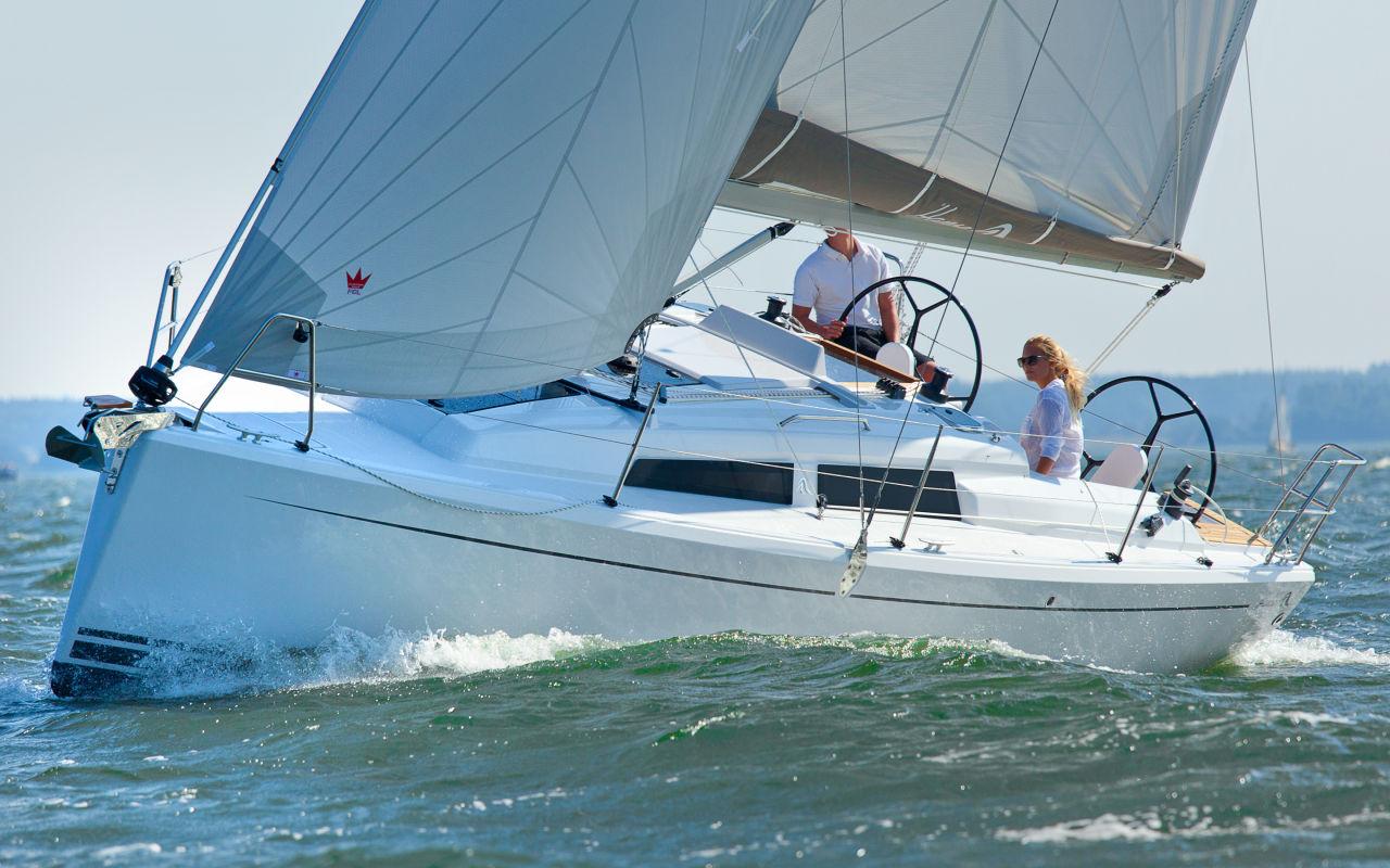 Bei Wind ist die Hanse 315 mit Selbstwendefock gut besegelt. In Leichtwindrevieren empfiehlt sich dagegen die leicht überlappende Genua.
