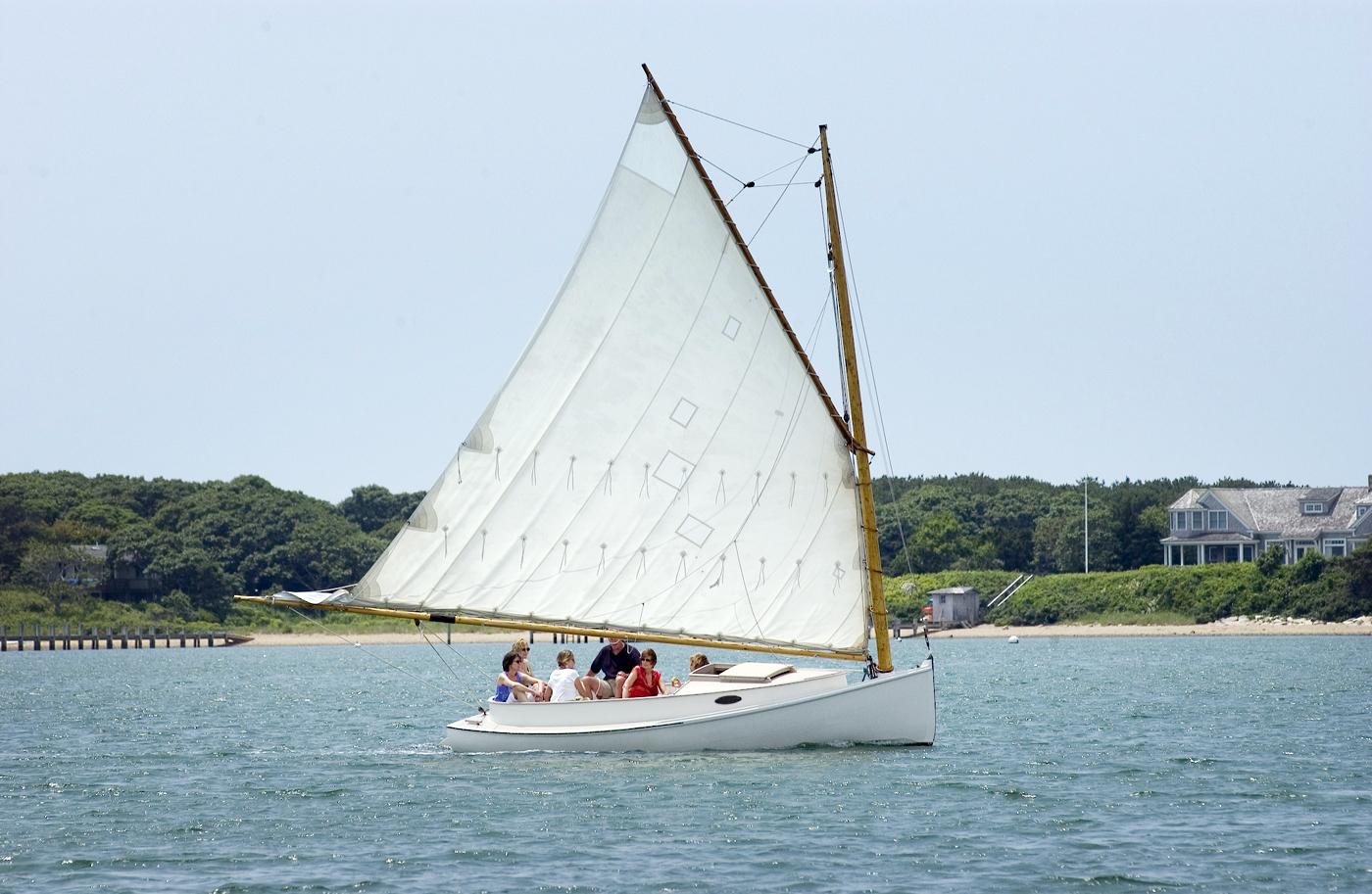 Ein Katboot mit einem Gaffelsegel Foto: Vinyard Times