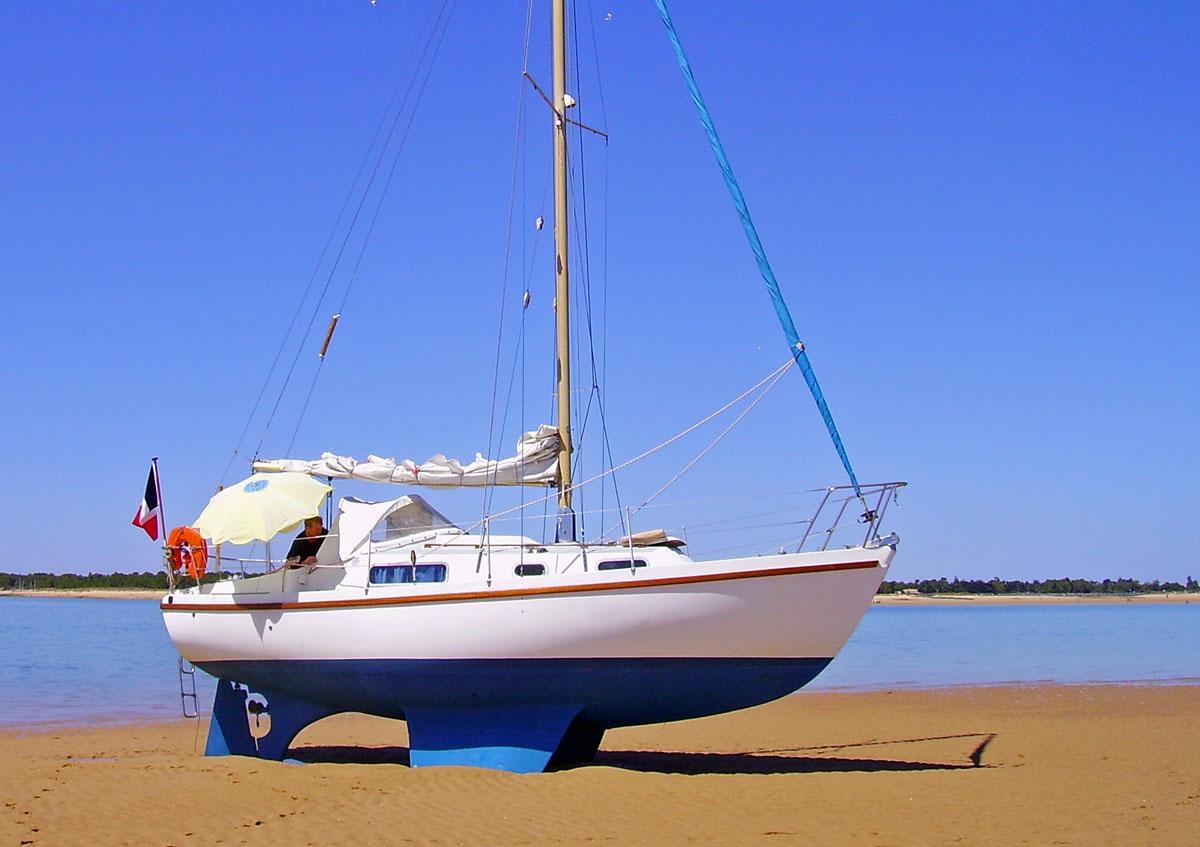 Trockengefallen: Eine Yacht mit Kimmkiel demonstriert die Vorteile dieser Kielart . Foto: sailboatcruising.com