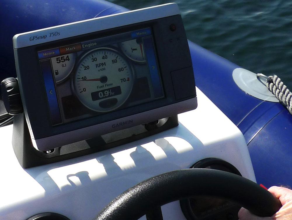 Ein wichtiges Instrument: Drehzahlmesser und Durchflussmesser. sie geben Aufschluss über Leistung und  Wirtschaftlichkeit des Bootes