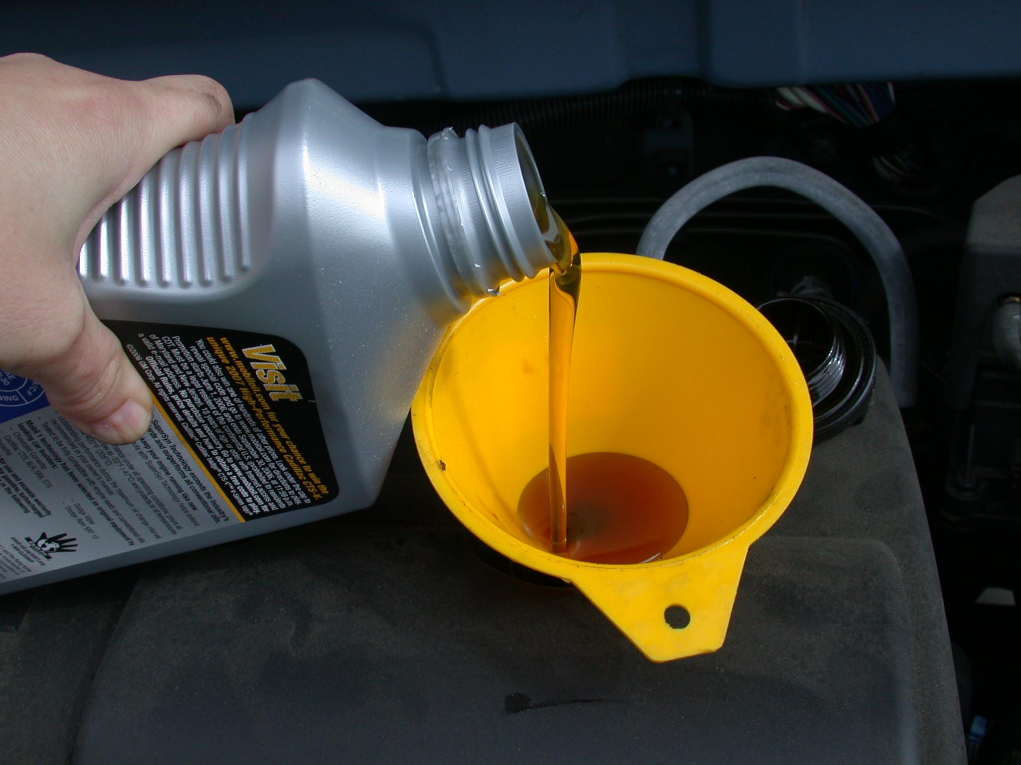 Neues Motoröl sauber einfüllen mit Trichter, ohne zu kleckern