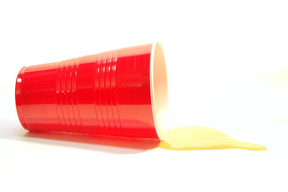 Zum Trinken und Grooven: Mit ein bisschen Fantasie lassen sich Trinkbecher auch als Lautsprecher für die Musikwiedergabe von einem Telefon umgestalten.