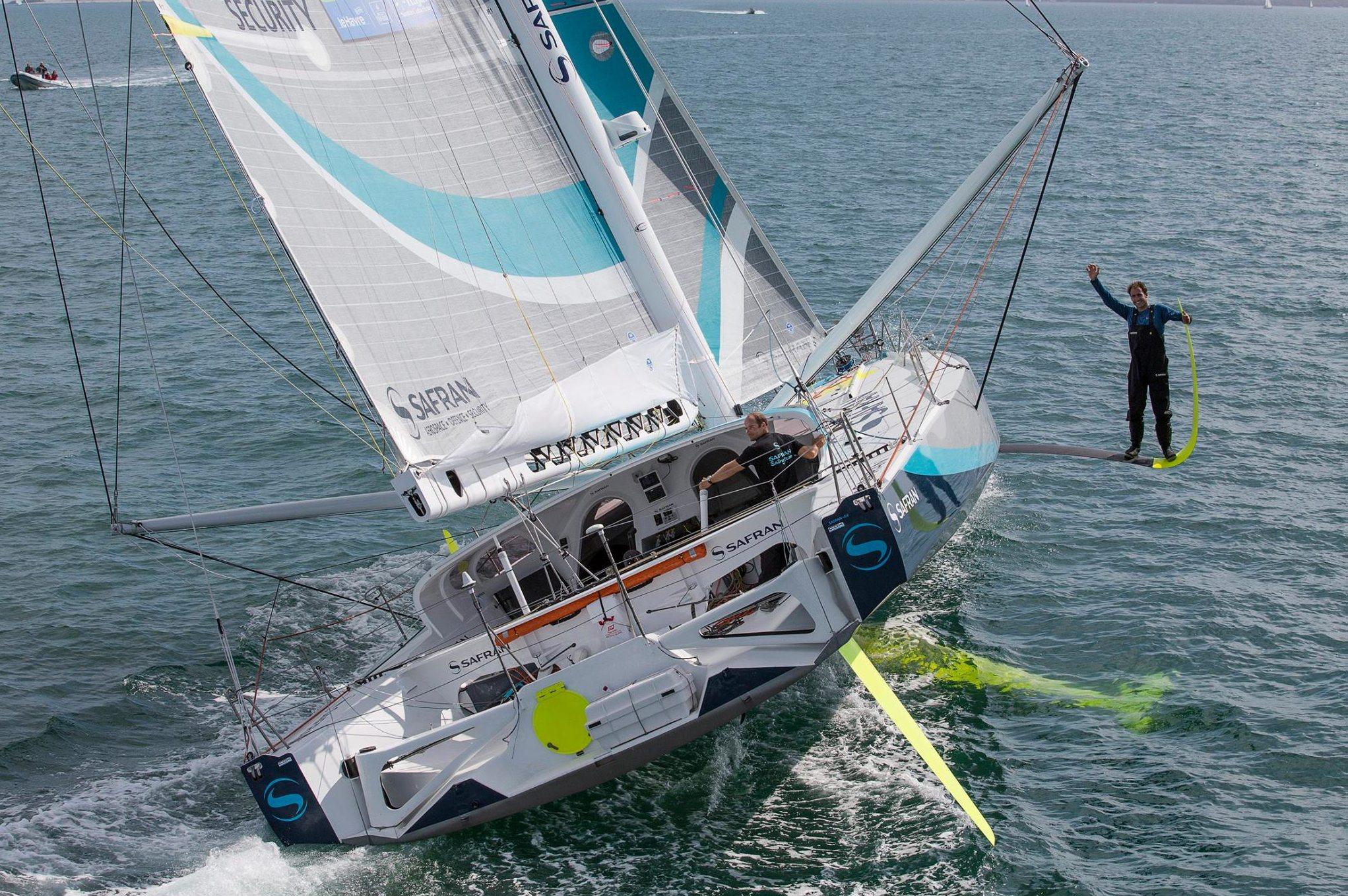 Morgan Lagraviere, der Skipper von Safran 2, wählt einen luftigen Platz auf den Foils während Nico Lunven von hand steuert. Foto: Jean Marie Liot/DPPI/Safran