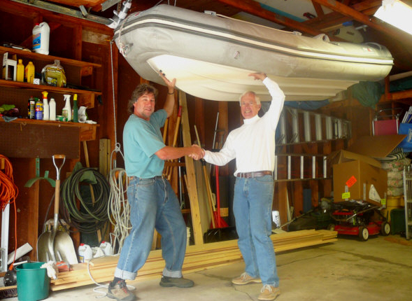 Schulmäßig: Die Lagerung eines Schlauchboots, das an einem Flaschenaufzug unters Dach eines Bootsschuppens gehievt wird. Foto: www.momo-sailing.ch