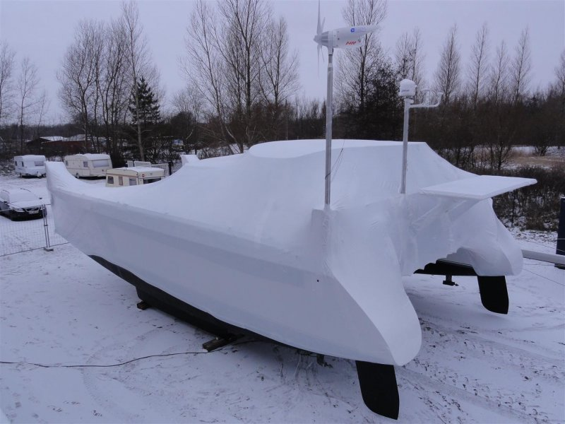 Passgenau und schnell angebracht: Schrumpffolie auf einem eingewinterten Fahrtenkat. Foto: www.spezialbootsbau.de