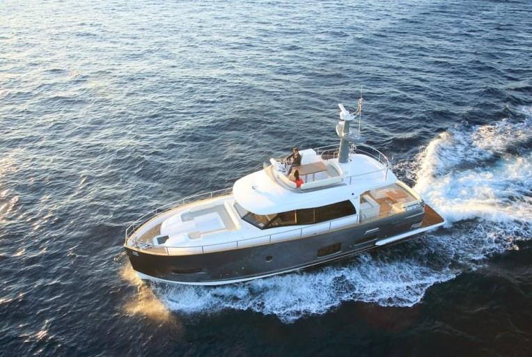 Meist sind Halbgleiter größere Yachten, die mittlere Geschwindigkeiten erzielen