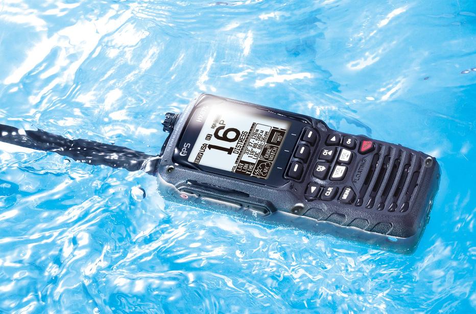 Wasserdicht und schwimmfähig. Zudem besitzt das HX870 einen bei Wasserkontakt auslösenden Notfallblitz