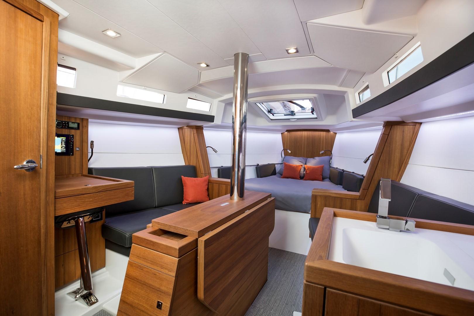 Helles Ambiente und Wohnkomfort für mehr als nur Campingsegeln: Das Interieur der neuen Tofinou10