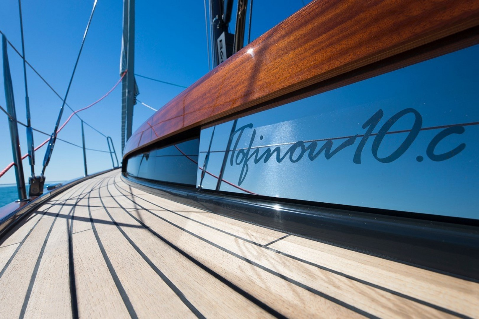 Mahagoni und Teak in eleganter Kombination verhelfen dem Boot zu gediegenem Aussehen.