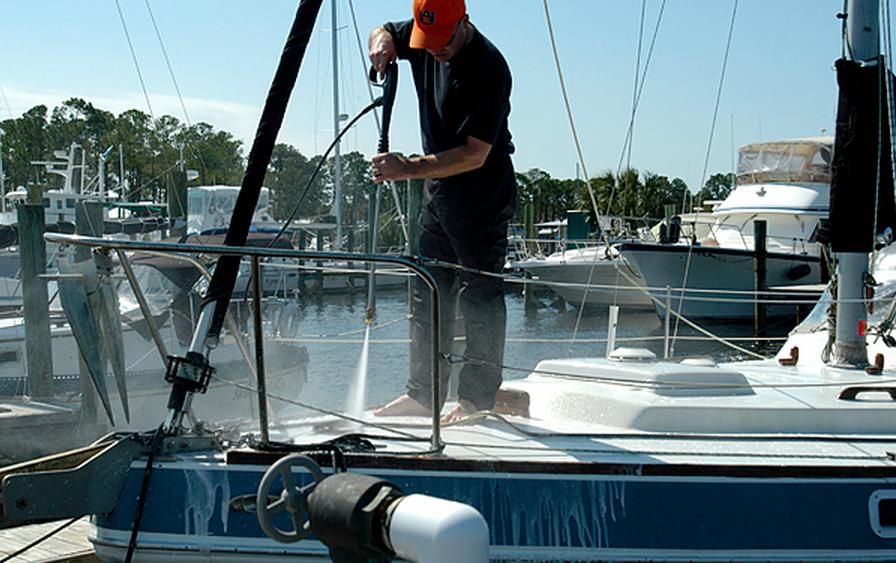 Gerne wird auchd er Dampfstrahler verwendet, doch Abwasserregelungen sind zu beachten. Foto: www.scottfillmer.com