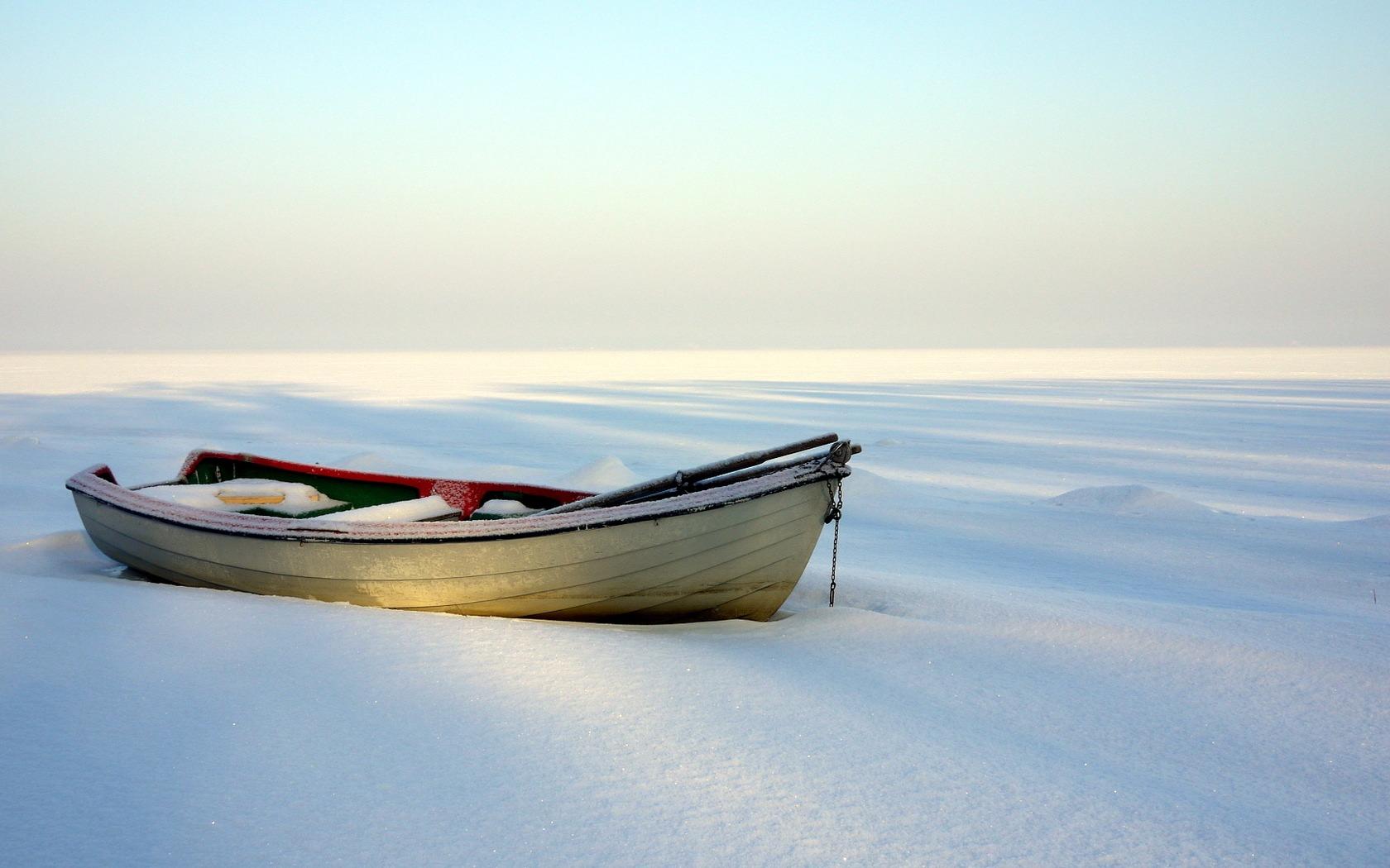 Romantischer Anblick, doch einem Boot tut diese Art von Winterlager auf Dauer nicht gut. Foto: www.ihyaca.wordpress.com
