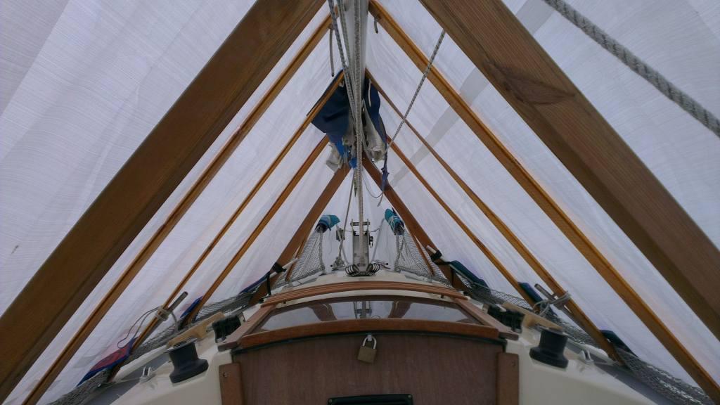 Gut geschrägt ist halb gewonnen. Innenansicht eines Winterzelts auf einer Segelyacht. Foto: www.sailing-lapirogue.de